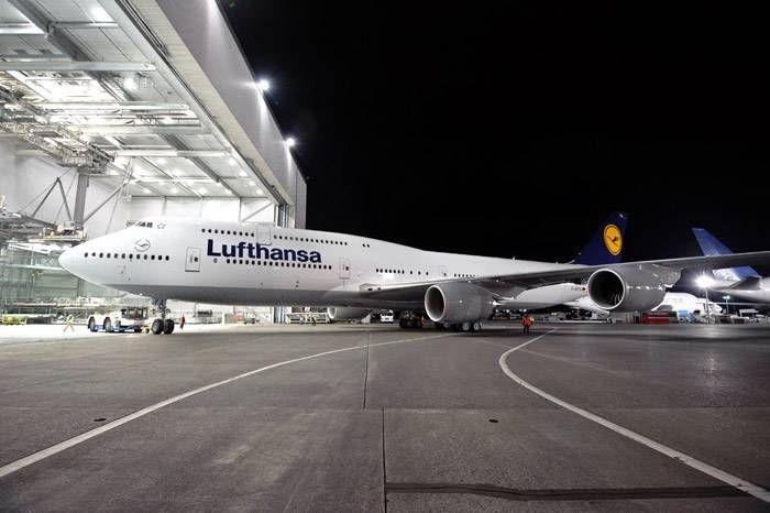 Lufthansa-Boeing_747_8_Intercontinental_Rollout