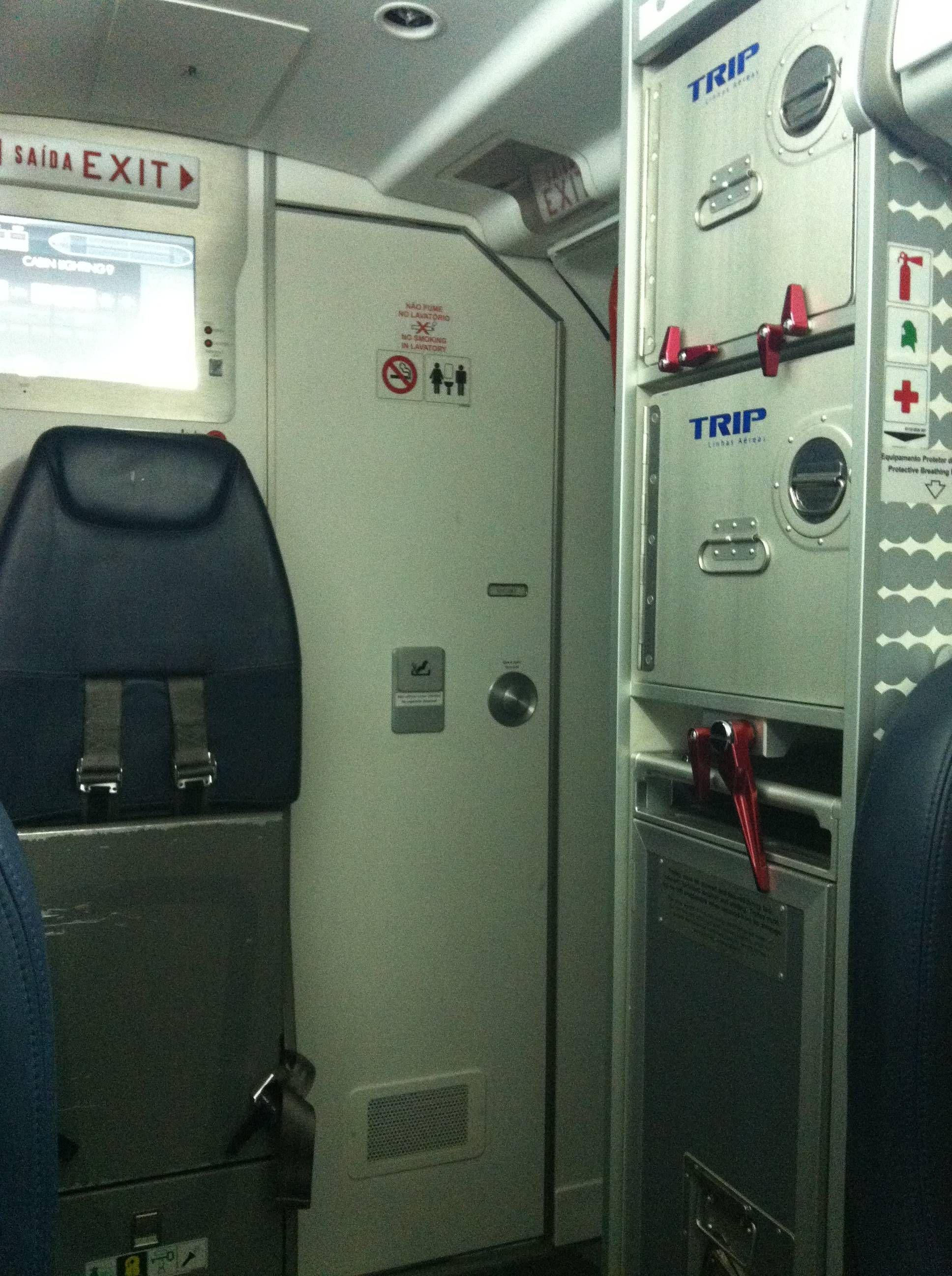 ao lado da escada do avião e também do banheiro #713636 1936x2592 Banheiro De Avião Como Funciona