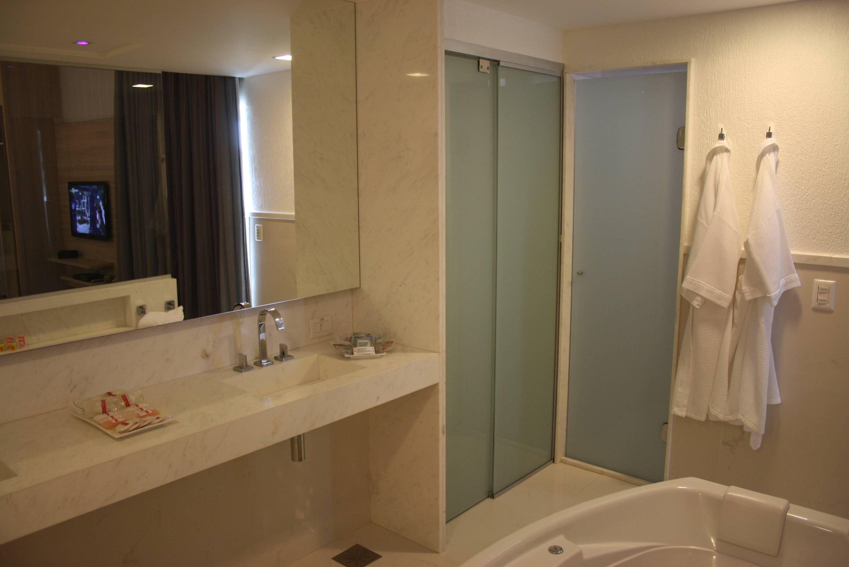 no Plaza Shopping Hotel em Uberlândia MG Passageiro de Primeira #9A6E31 2816x1880 Banheiro Com Duas Portas De Entrada