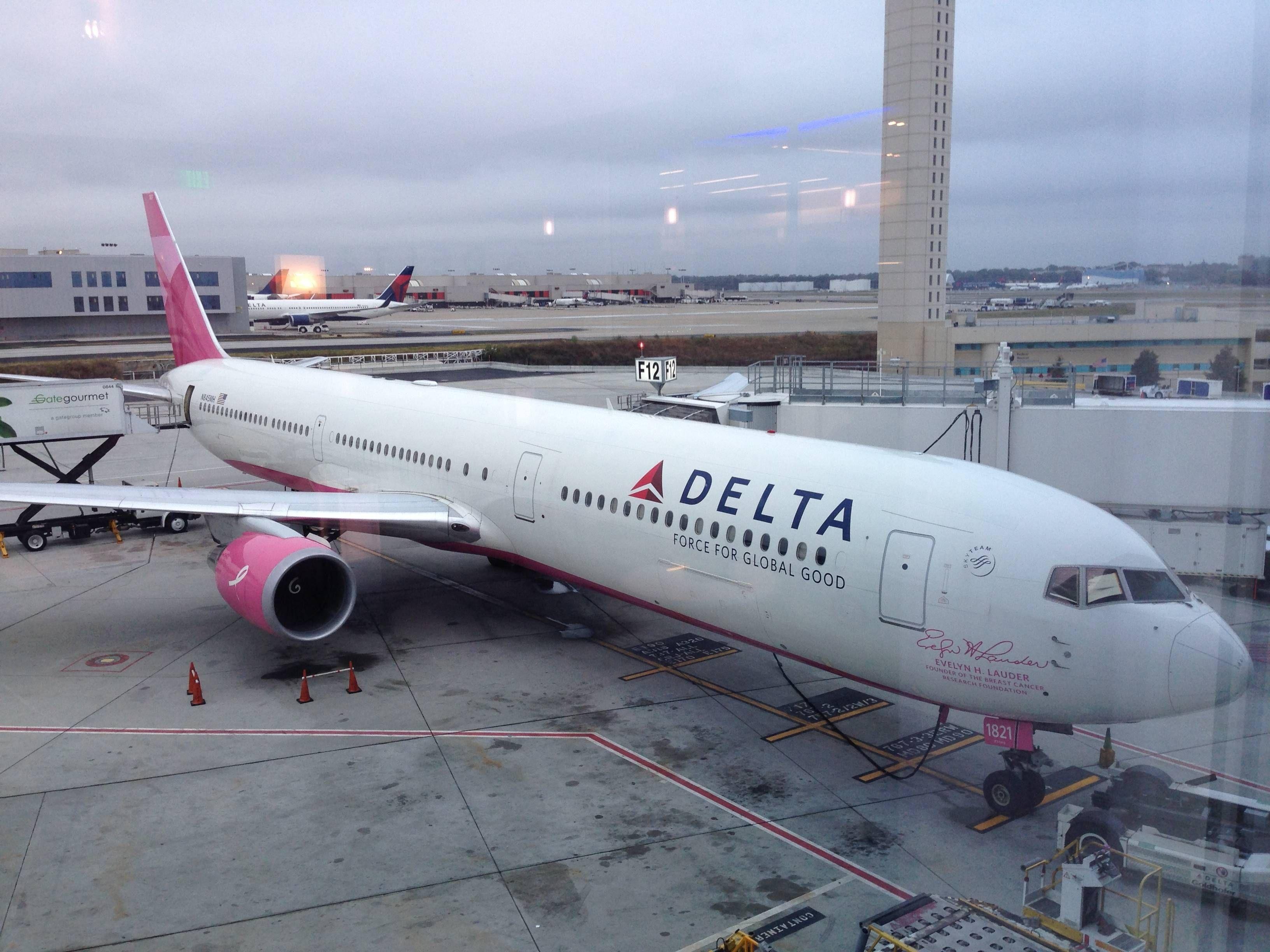 no Aeroporto de Atlanta (ATL) – Terminal F Passageiro de Primeira #884360 3264x2448 Banheiro De Avião