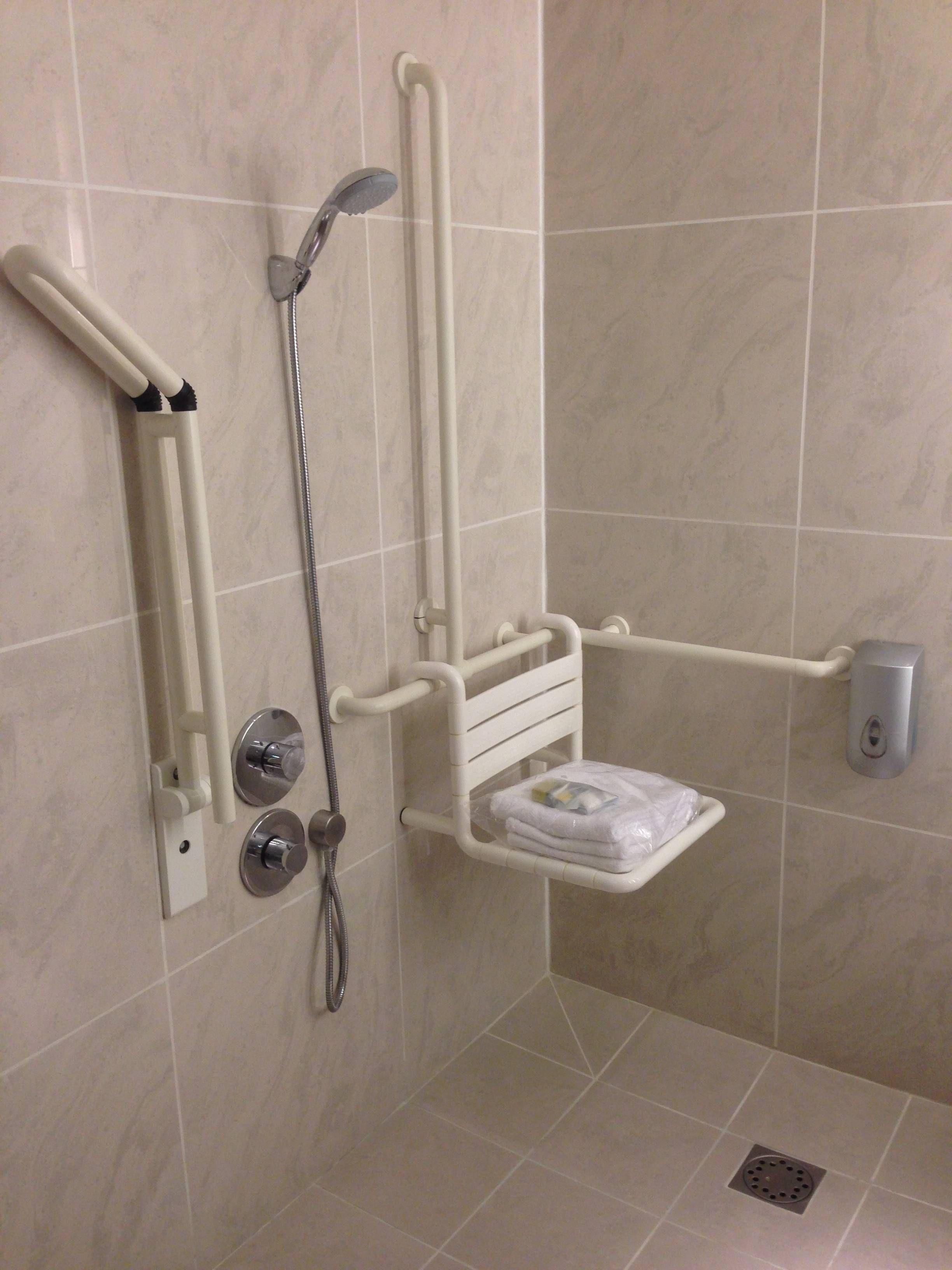 #796252 Os amenities disponíveis e entregues no chuveiro eram da Loccitane. 2448x3264 px Banheiro Para Deficiente Com Chuveiro 2585