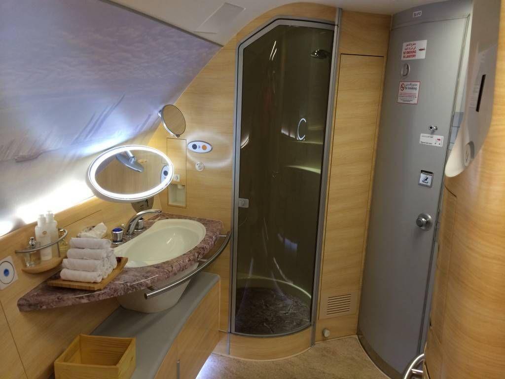 você se sentar na hora de calçar seus sapatos ou até mesmo enxugar #916E3A 1024x768 Banheiro De Avião