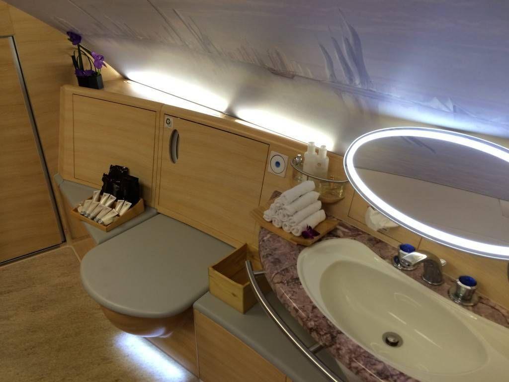 você se sentar na hora de calçar seus sapatos ou até mesmo enxugar #385393 1024x768 Banheiro De Avião