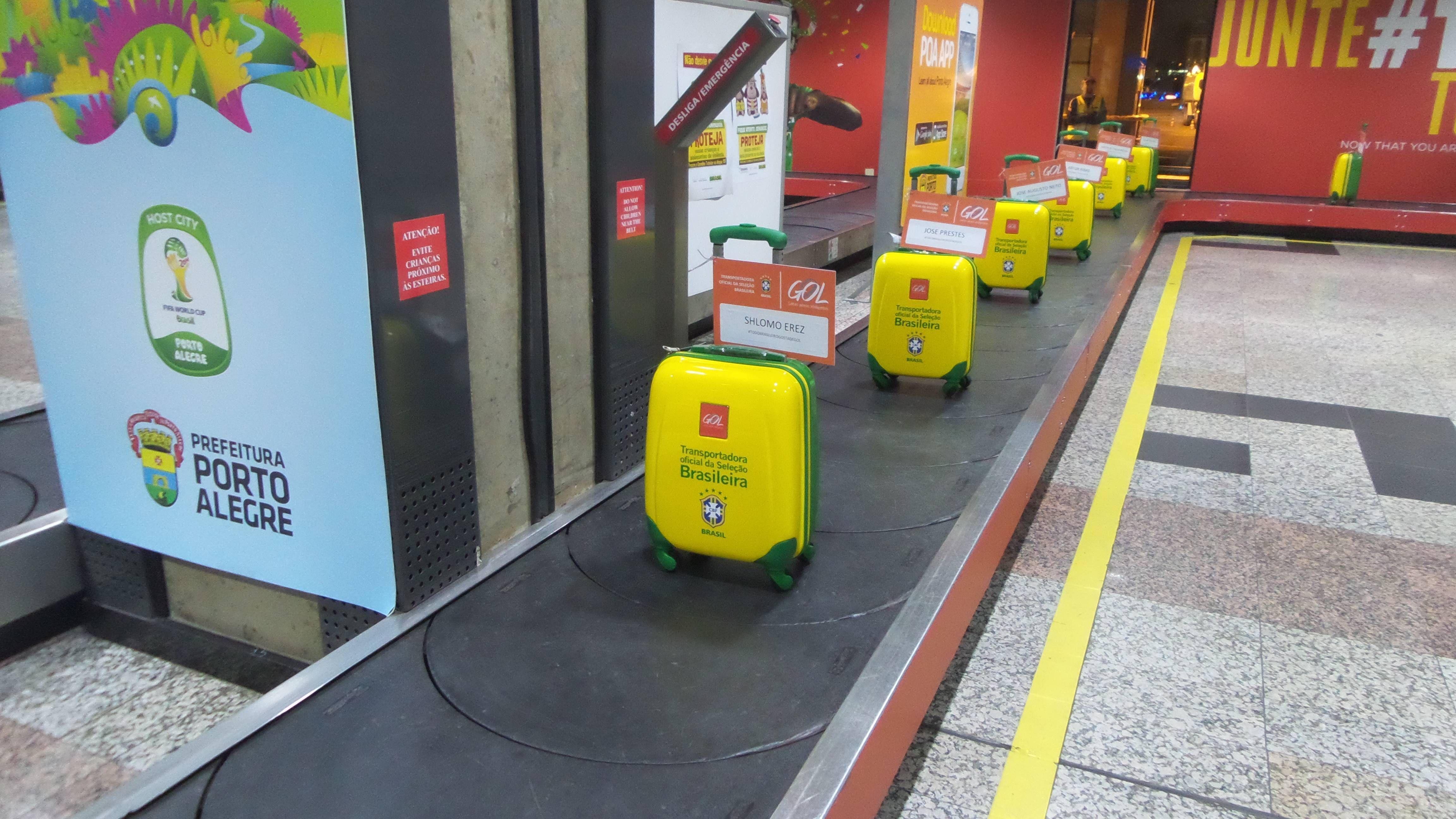 GOL surpreende clientes Diamante na esteira de bagagens com presente