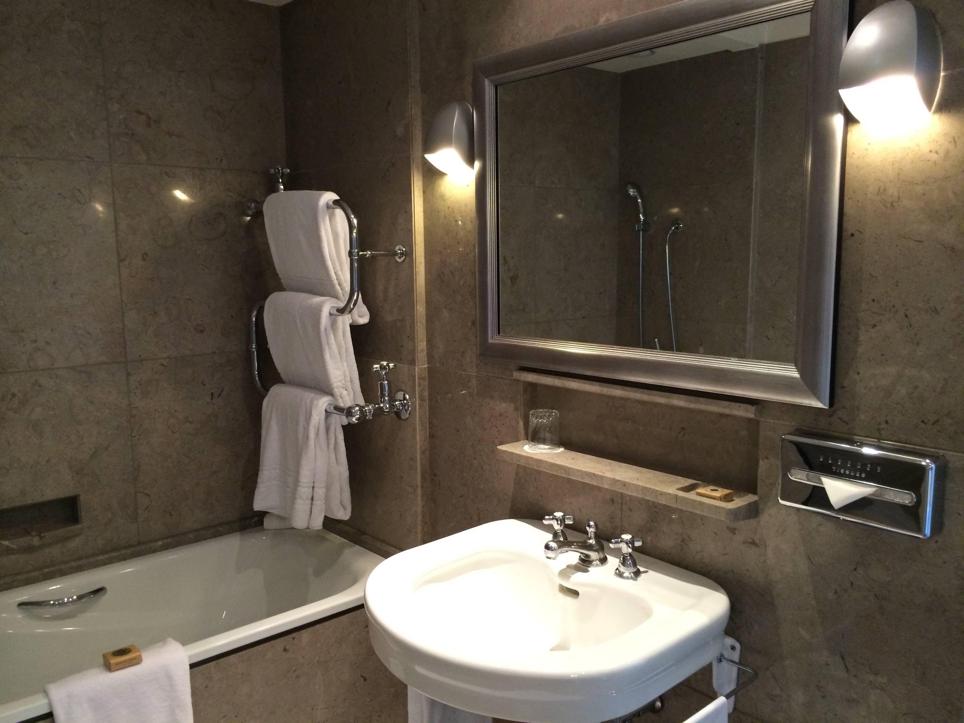 banheiro era todo em mármore com 2 pias banheira 1 box para  #8A6F41 3264 2448