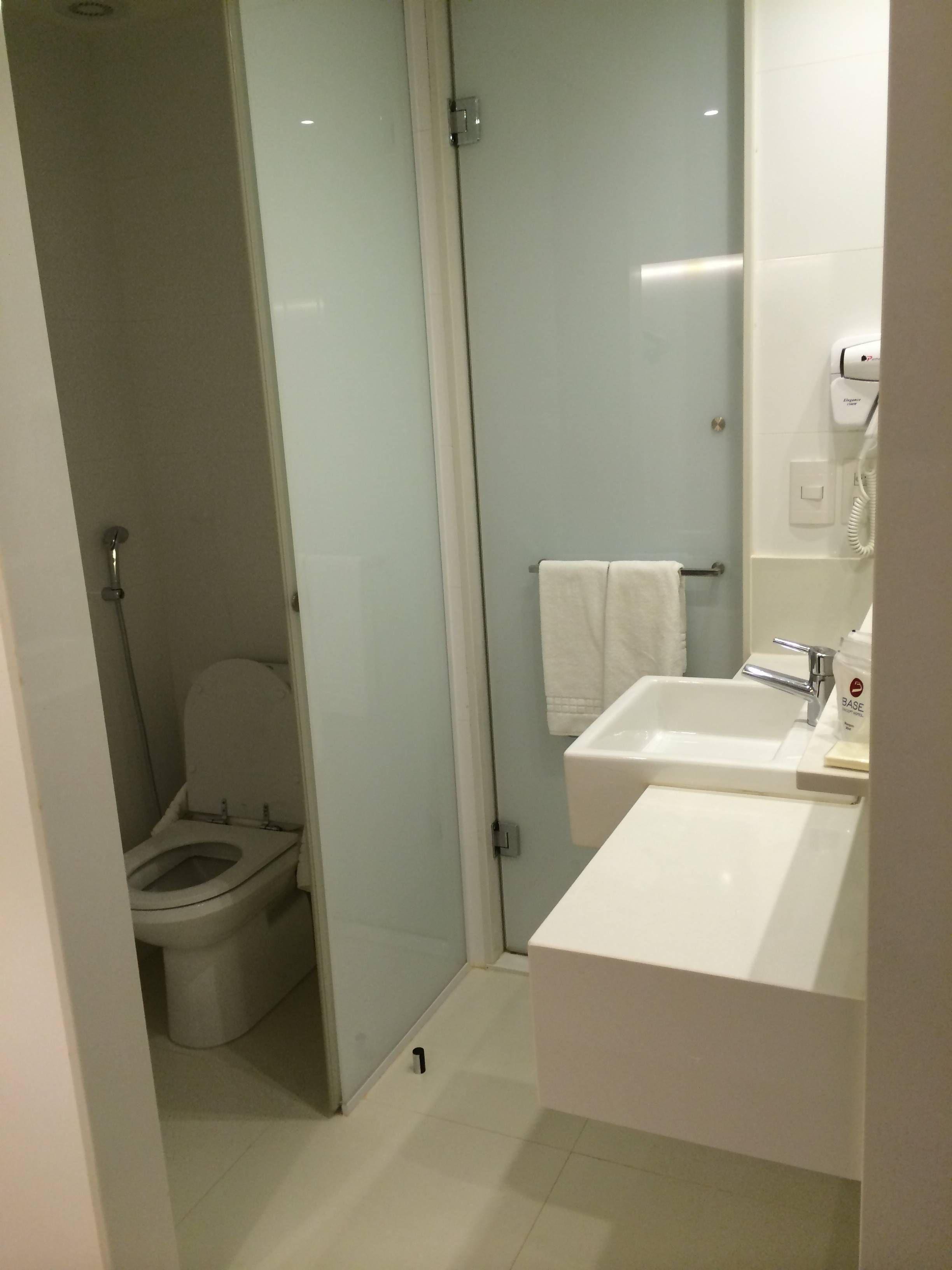 uma área entre o vaso e o box do chuveiro ambos os ambientes tinham  #81774A 2448 3264