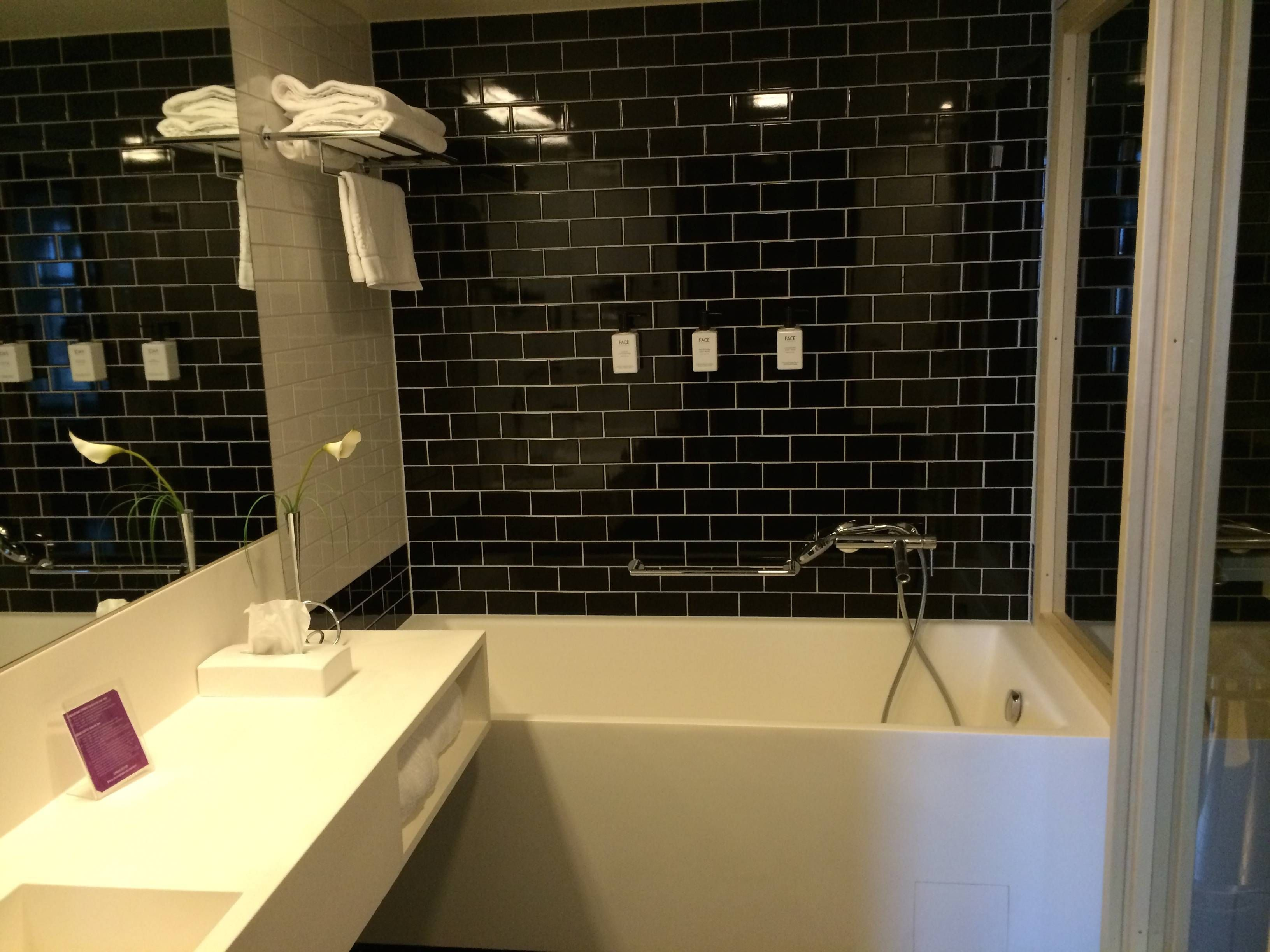 Vocês acreditam que tinham uma sauna dentro do banheiro? Achei o  #C5BA06 3264 2448