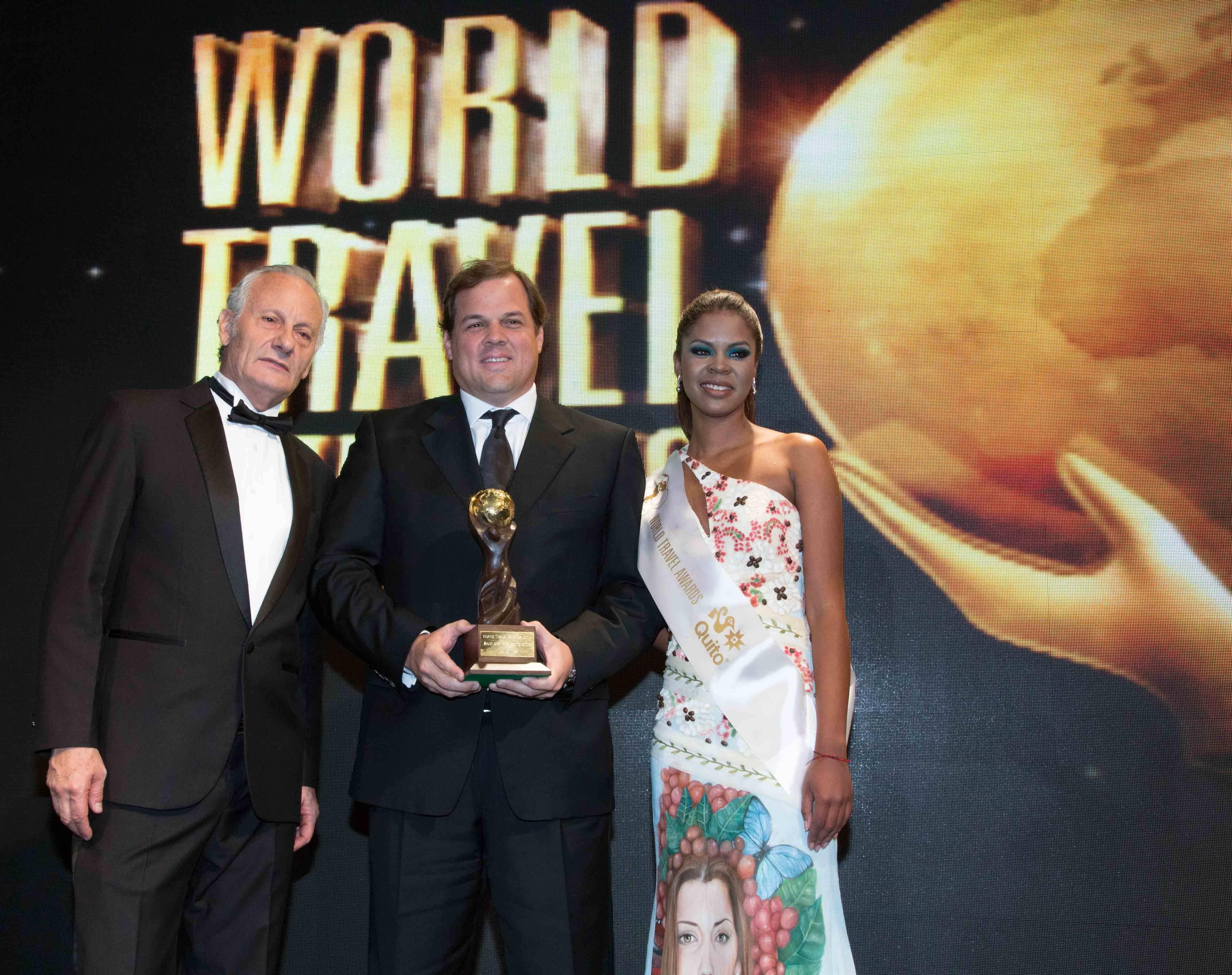 Manuel Van Oordt - Dir Ejecutivo LAN Ecuador recibe el premio - LAN ganadora a la Mejor Aerolínea de Sudamérica