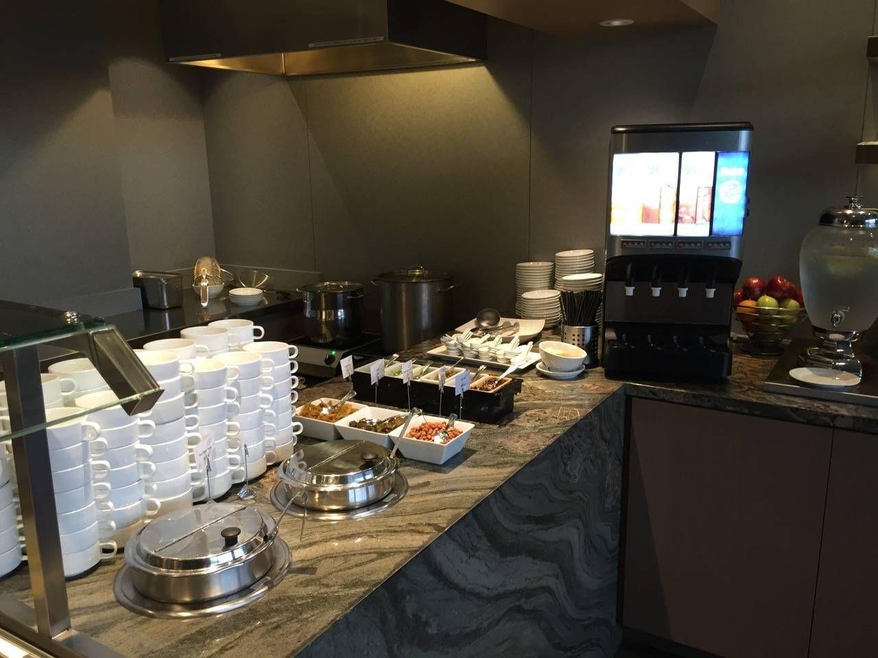 Plaza Premium Lounge Vancouver-014