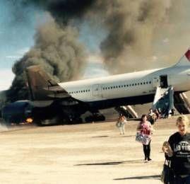 Em uma situação de evacuação de emergência da aeronave – Deixar para trás ou não os objetos pessoais?