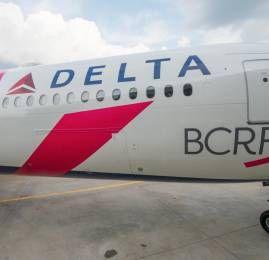 Delta veste uma aeronave de rosa para combater o câncer