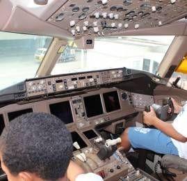 RIOgaleão e American Airlines levam 50 crianças para conhecer, pela primeira vez, o interior de uma aeronave