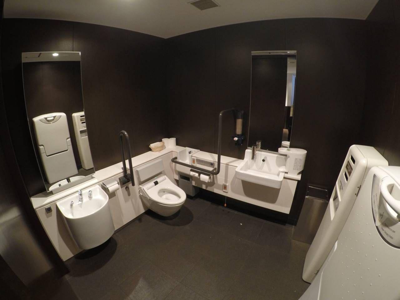 um banheiro super amplo – este era acessível – vejam o tamanho  #856846 1280 960