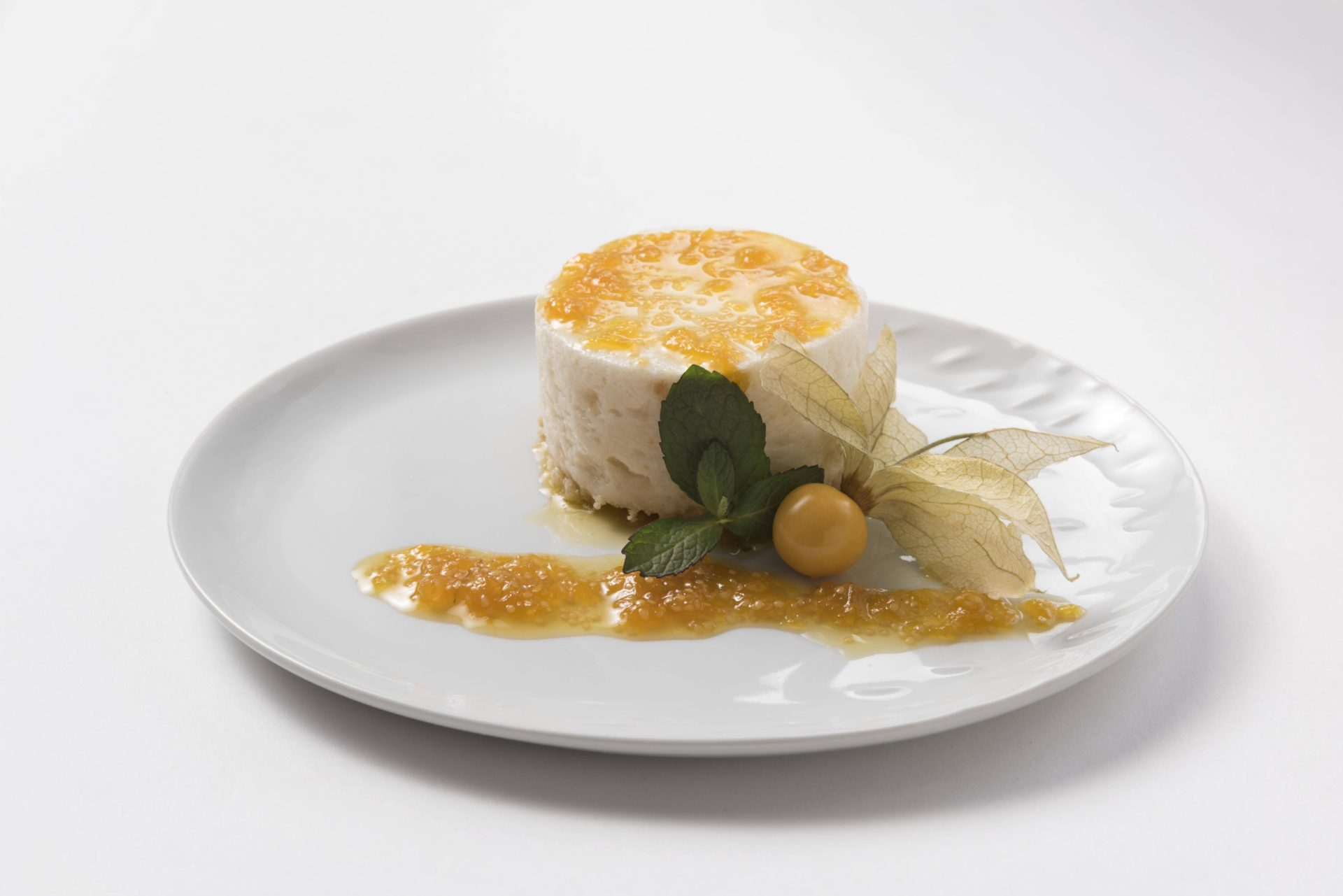 23885_Chirimoya-mousse-with-physalis-compote