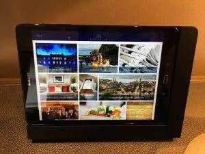 Tablet com informações e serviços do hotel