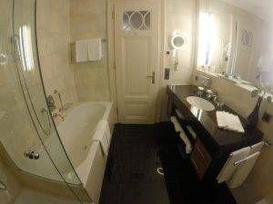 Banheiro com chuveiro e banheira
