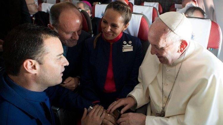 Papa Francisco casa comissários da LATAM durante voo