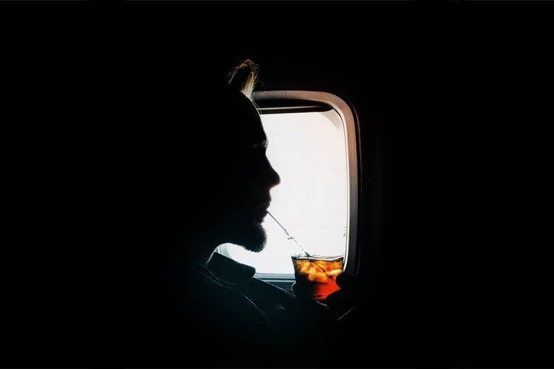 Passageiro da primeira classe é expulso por levar bebidas aos amigos na econômica