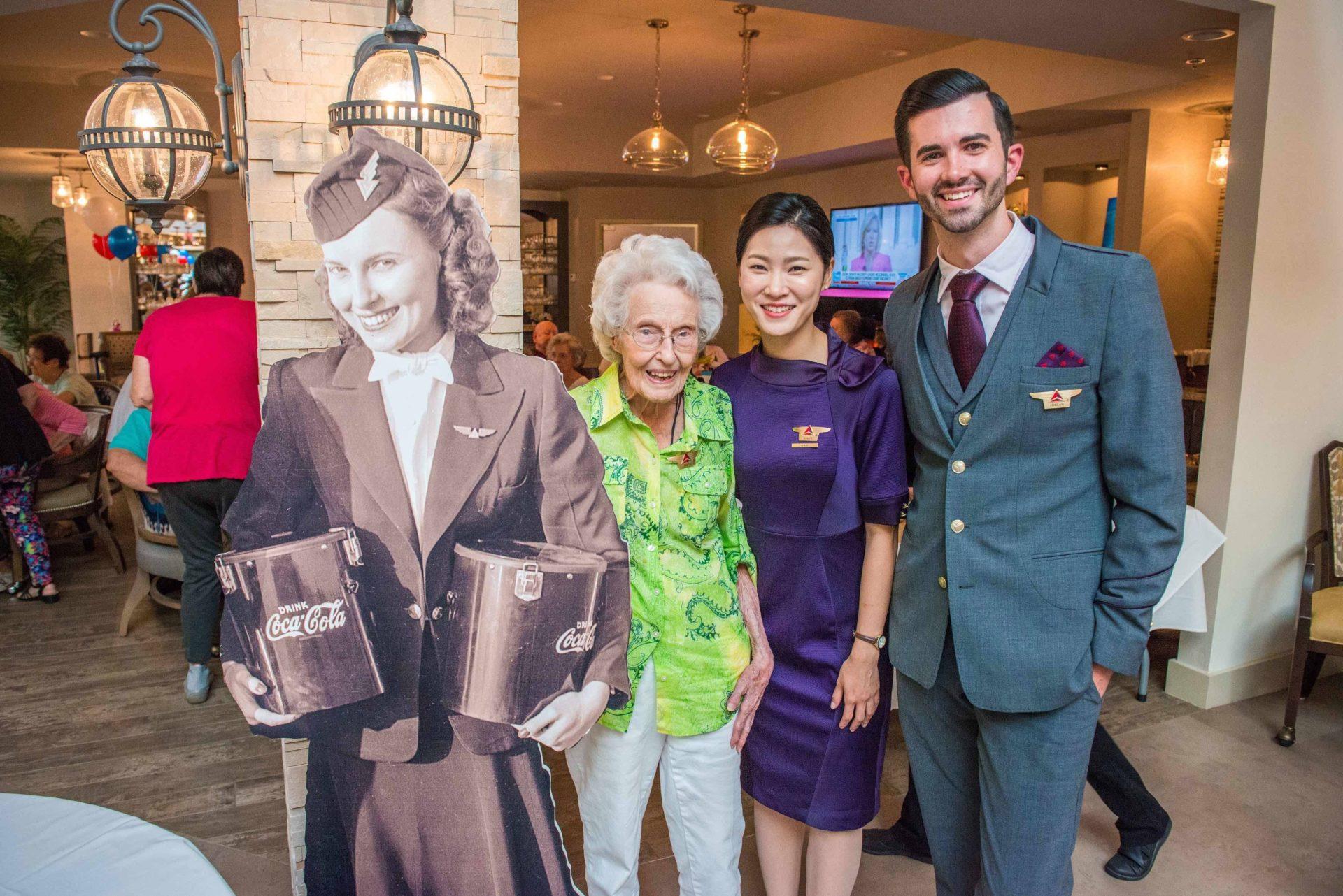 """""""Voar é especial"""": ex-comissária de bordo de 102 anos fala sobre a sua carreira na Delta"""